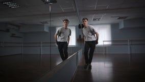 Hall для танцев занятий Молодой пролом танцор включен Он работает главный бедр-хмель танца движений сток-видео