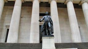 Федеральный Hall с статуей на фронте, Манхаттаном Вашингтона, Нью-Йорком Стоковые Фото