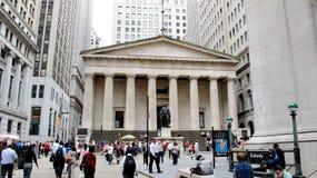 Федеральный Hall с статуей на фронте, Манхаттаном Вашингтона, Нью-Йорком Стоковые Изображения