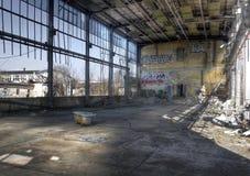 Hall abandonné avec un baquet Images stock
