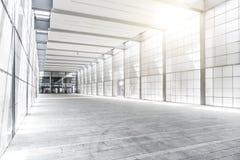Hall av affärsbyggnad med ljus från fönster royaltyfria bilder