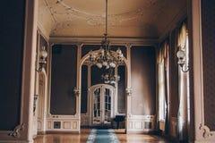 Hall av ett lyxigt hem korridor mellan rum i en antik herrg?rd med tappningtapeten och den m?nstrade stuckaturen p? v?ggarna arkivbild