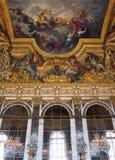Hall av speglar målade taket på den Versailles slotten, Frankrike Royaltyfria Bilder
