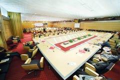Hall avec de grandes tables à l'événement Moscou pendant la vie et des personnes Photographie stock