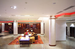 Hall avec des fléaux et meubles d'hôtel Photographie stock