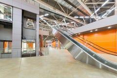 Hall avec l'ascenseur et l'escalator dans le pavillon MosExpo Photos libres de droits