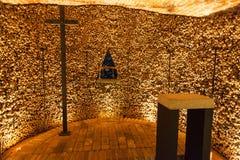 Hall avec la croix dans l'ossuaire de St James Church Brno Photos stock
