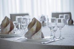 Hall blanc de restaurant avec la table de mariage Image stock