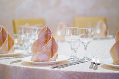 Hall blanc de restaurant avec la table de mariage Image libre de droits