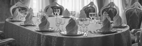 Hall blanc de restaurant avec la table de mariage Photo stock
