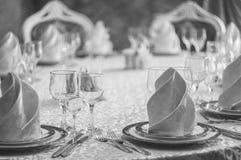 Hall blanc de restaurant avec la table de mariage Photos stock