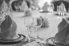 Hall blanc de restaurant avec la table de mariage Photos libres de droits