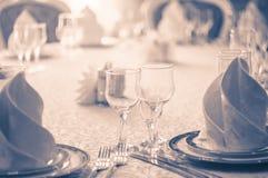 Hall blanc de restaurant avec la table de mariage Images stock