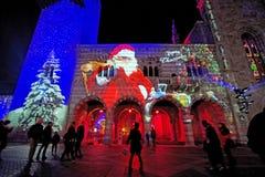 Hall Broletto med projektioner av det stora Santa Claus och trädet royaltyfri fotografi