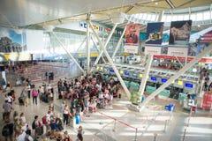 Hall Costa Smeralda lotnisko w Olbia z pasażerami Inside Obrazy Stock
