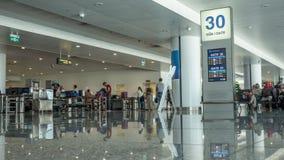 Hall d'aéroport avec des personnes dans le point de contrôle de sécurité Hanoï, Vietnam Photographie stock libre de droits
