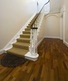 Hall d'entrée historique avec l'escalier de cru Photo libre de droits