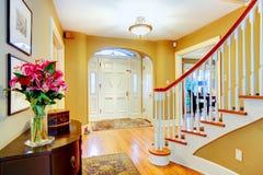 Hall d'entrée jaune et blanc lumineux Images stock