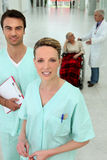 Hall d'hôpital : deux infirmières, un docteur, un patient Images libres de droits