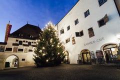 HALL DANS LE TIROL, AUTRICHE - DÉCEMBRE 2018 : vue de nuit du vieux centre de ville image libre de droits