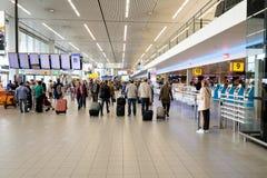 Hall de départ de visite de personnes dans l'aéroport international de Schiphol Image stock