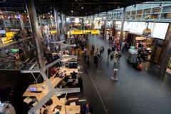 Hall de départ de visite de personnes dans l'aéroport international de Schiphol Images libres de droits