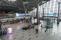 Hall de départ de visite de personnes dans l'aéroport international de Schiphol Photographie stock libre de droits