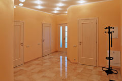 Hall de entrada del diseño interior en un apartamento-estudio Foto de archivo libre de regalías