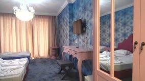 Hall de entrada en el apartamento del ` s de los niños en hotel de cinco estrellas en Kranevo, Bulgaria almacen de video