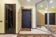 Hall de entrada espacioso en el apartamento con el guardarropa incorporado y los espejos imagen de archivo libre de regalías