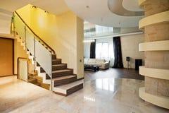 Hall de luxe avec l'escalier Images stock