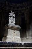 Hall des christlichen Felsentempels Geghard mit einem dekorativen Kreuz Stockfoto