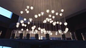 Hall eines Hotels oder des Restaurants, Leuchter in der Lobby, Leuchter hängt von der Decke, kreativ, modern, Innen stock video footage