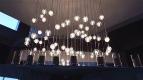 Hall eines Hotels oder des Restaurants, Leuchter in der Lobby, Leuchter hängt von der Decke, kreativ, modern, Innen stock footage