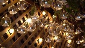 Hall eines Hotels oder des Restaurants, Leuchter in der Lobby, Leuchter hängt von den Glaskugeln, kreativ, modern stock video footage