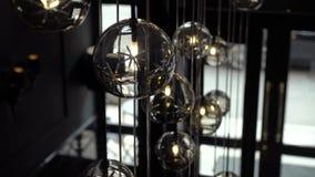 Hall eines Hotels oder des Restaurants, Leuchter in der Lobby, Leuchter hängt von den Glaskugeln, kreativ, modern stock footage