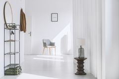 Hall en appartement blanc minimaliste image libre de droits