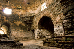 Hall en pierre avec les fenêtres et les voûtes à l'intérieur du château antique asiatique central Tash Rabat Photo libre de droits