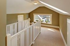 Hall för gräsplan och för vit uppför trappan med det välvd taket och skylig Royaltyfri Fotografi