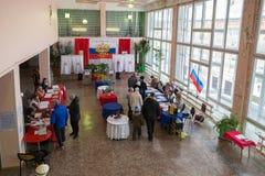 Hall für die Abstimmung im russischen Hinterland, wird mit Farben der russischen Flagge verziert Lizenzfreie Stockbilder