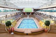 Hall für Rest und Tan mit Swimmingpool Stockfotos