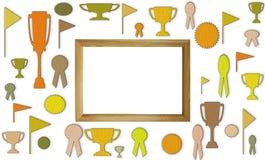 Hall of Fame-Konzept mit freiem leerem Kopienraum Schalen, Medaillen und Ausweise mit Leerraum im Holzrahmenmodell lizenzfreie stockfotos