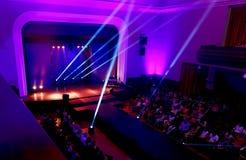 Hall ful av åskådare som väntar på början av showen Modeshow i Slovakien, Ruzomberok, datum 10th September 2016 Arkivbilder