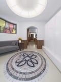 Hall hem i en vindstil med ett högt tak med belysning Royaltyfria Foton