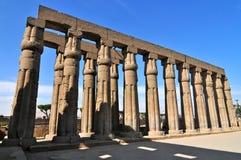 Hall hypostyle à l'intérieur du temple de Karnak Photo stock