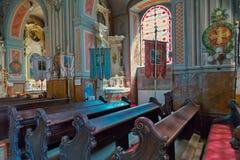 Hall i en historisk tempel med massiva bänkar målade beautifully väggar och taket Royaltyfria Foton