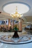 Hall im Hotel mit Marmorfußboden Stockbild