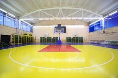 Hall intérieur de gymnastique d'école avec l'étage rouge-jaune Image libre de droits