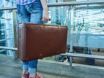 Hall lotnisko Kobieta podróżuje z retro walizką Fotografia Stock