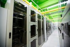 Hall med en rad av serveror arkivfoto